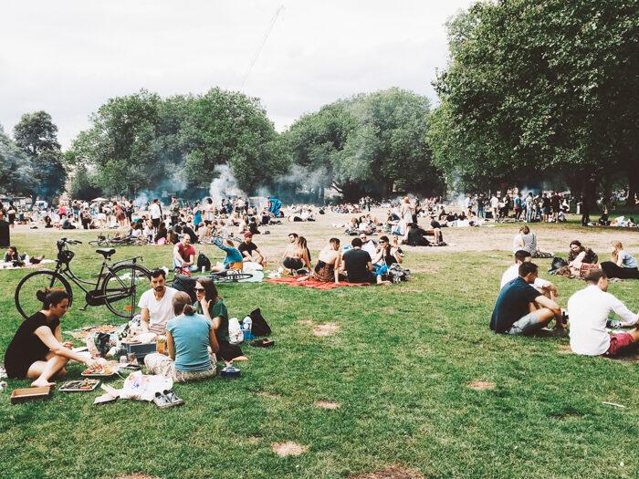 Gezellig: barbecueën in het park. Maar mag dat wel?