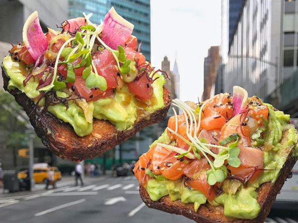 Poké avo toasts